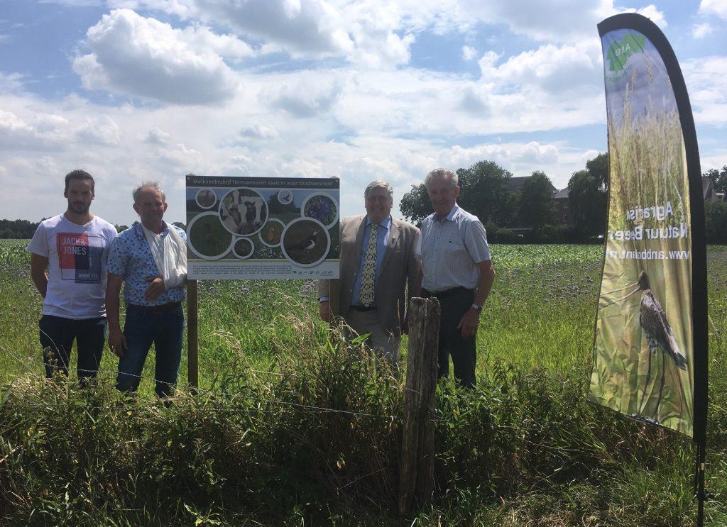 Onthulling infopaneel agrarisch natuurbeheer langs Hertogswetering bij klooster Velp/Grave